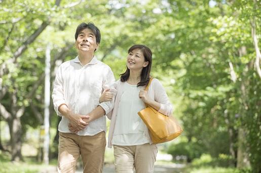 散歩する夫婦